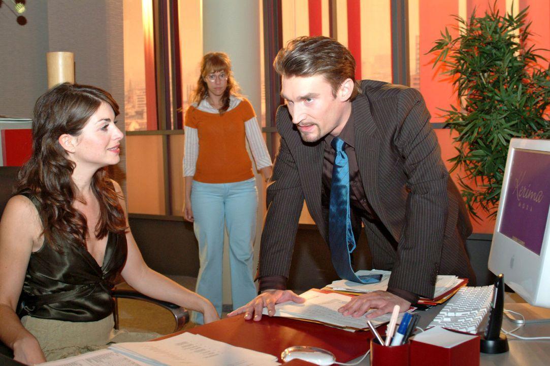 Lisa (Alexandra Neldel, M.) bekommt mit, wie Richard (Karim Köster, r.) gegenüber Mariella (Bianca Hein, l.) seinem Ärger Luft macht. (Dieses Foto v... - Bildquelle: Monika Schürle Sat.1