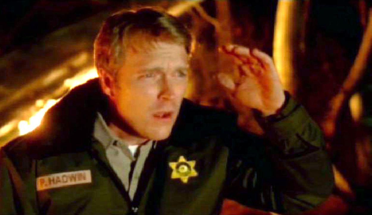 Der Forest Ranger Phil Hadwin (Brendan Ford) eilt zur Unfallstelle, als er in einem nahe gelegenen Waldstück den Absturz eines Jetflugzeugs beobach... - Bildquelle: Paramount Network Television