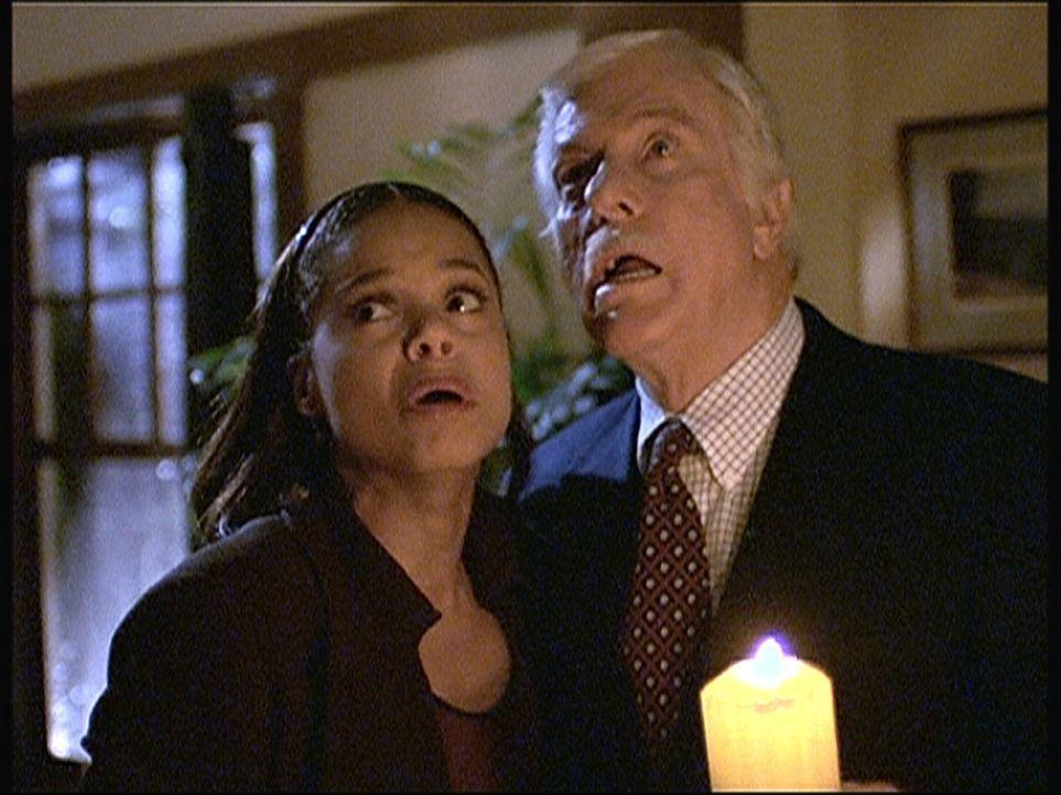 Amanda (Victoria Rowell, l.) und Mark (Dick Van Dyke, r.), die zu Besuch in dem abgelegenen Haus von Vivien sind, hören im oberen Stock merkwürdige... - Bildquelle: Viacom
