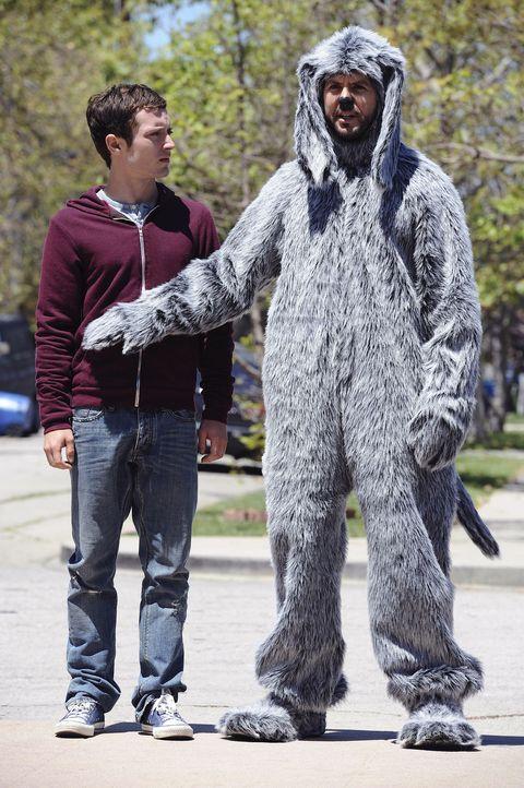 Wilfred (Jason Gann, r.) hat eine Idee und Ryan (Elijah Wood, l.) ahnt, dass nichts Gutes dahintersteckt ... - Bildquelle: 2011 FX Networks, LLC. All rights reserved.