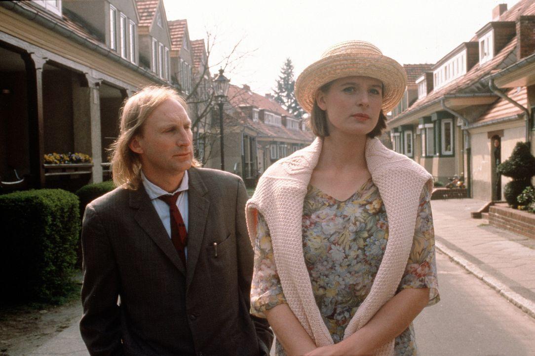 Otto (Otto Waalkes, l.) macht sich zusammen mit Tina (Jessika Cardinahl, r.) auf Wohnungssuche, doch schon da treten erste Probleme auf ...