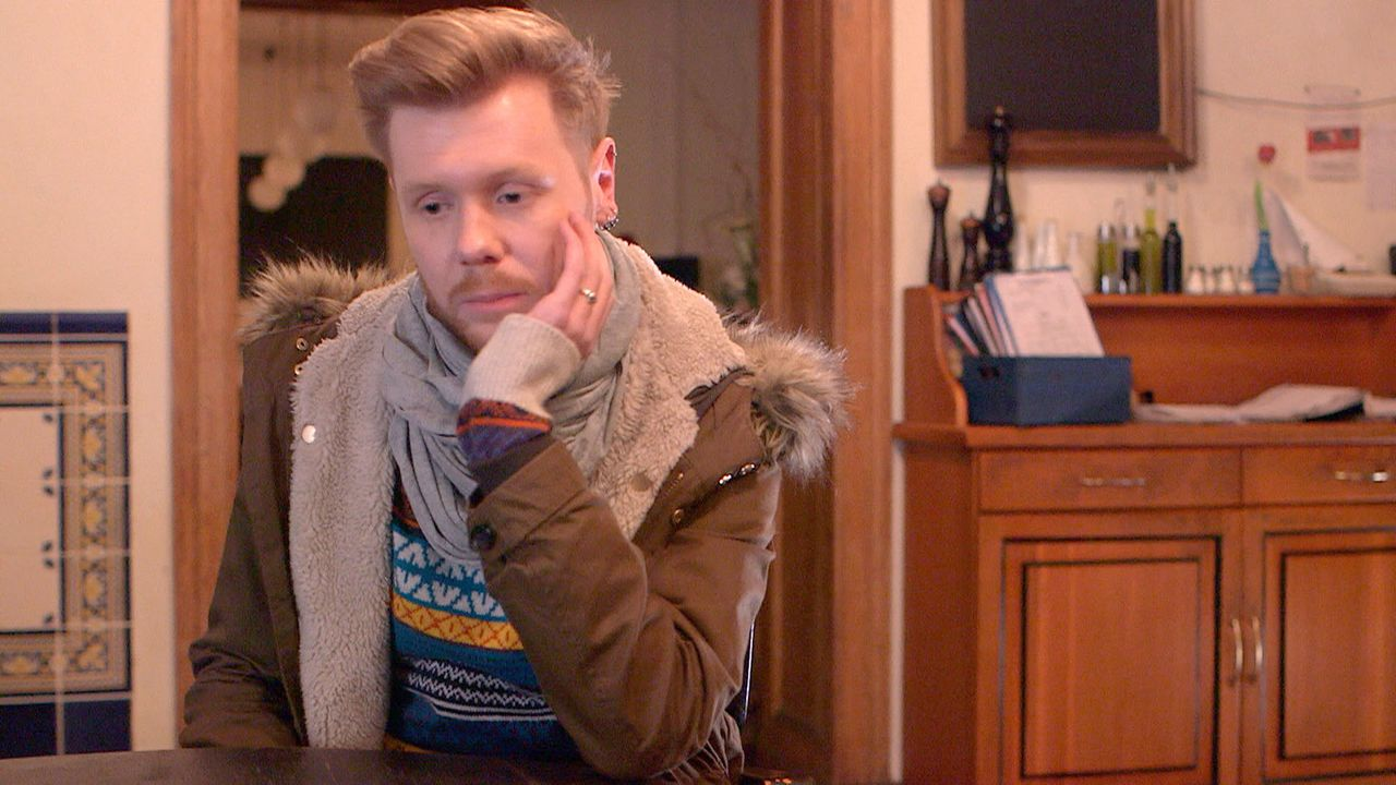 """Für Henning bricht eine Welt zusammen: Er erfährt, dass Olaf die Nachfolge in der """"Kleinen Nachtrevue"""" antreten wird ... - Bildquelle: SAT.1"""