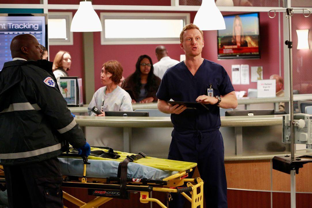 Dr. Owen Hunt (Kevin McKidd, r.) beweist seine Kompetenz, als zahlreiche Opfer einer Explosion ins Grey-Sloan-Memorial Hospital eingeliefert werden... - Bildquelle: ABC Studios