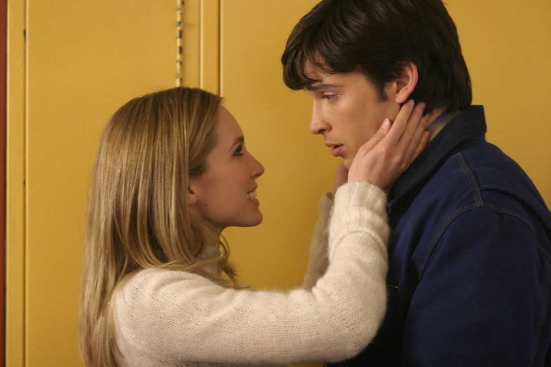 Als Clark (Tom Welling, r.) erfährt, dass seine hübsche Mitschülerin Alicia (Sarah Carter, l.) übernatürlich Kräfte besitzt, ist er total begeistert... - Bildquelle: Warner Bros.