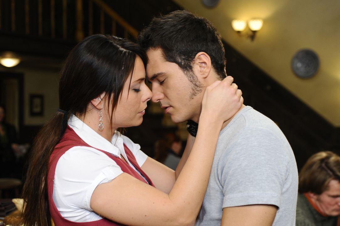 Kommen sich wieder näher: Paloma (Maja Maneiro, l.) und Maik (Sebastian König, r.) ... - Bildquelle: SAT.1