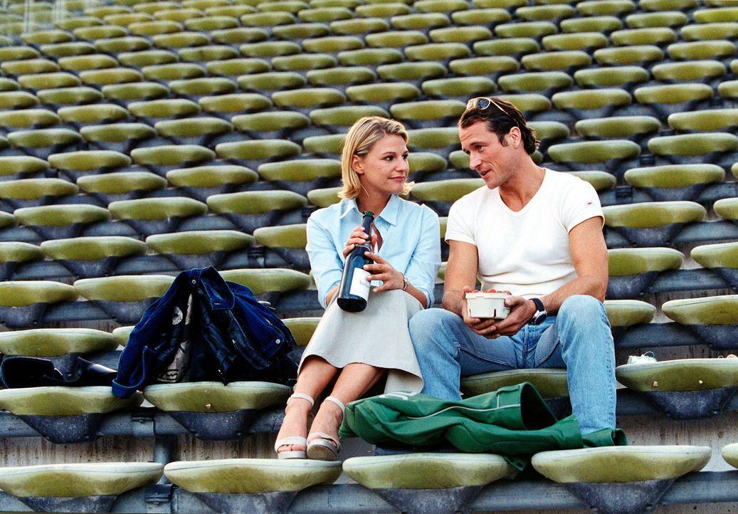 Kid (Markus Knüfken, r.) lädt Liza (Sophie Schütt, l.) zu einem Picknick ins Fußballstadion ein. - Bildquelle: Christian A. Rieger Sat.1