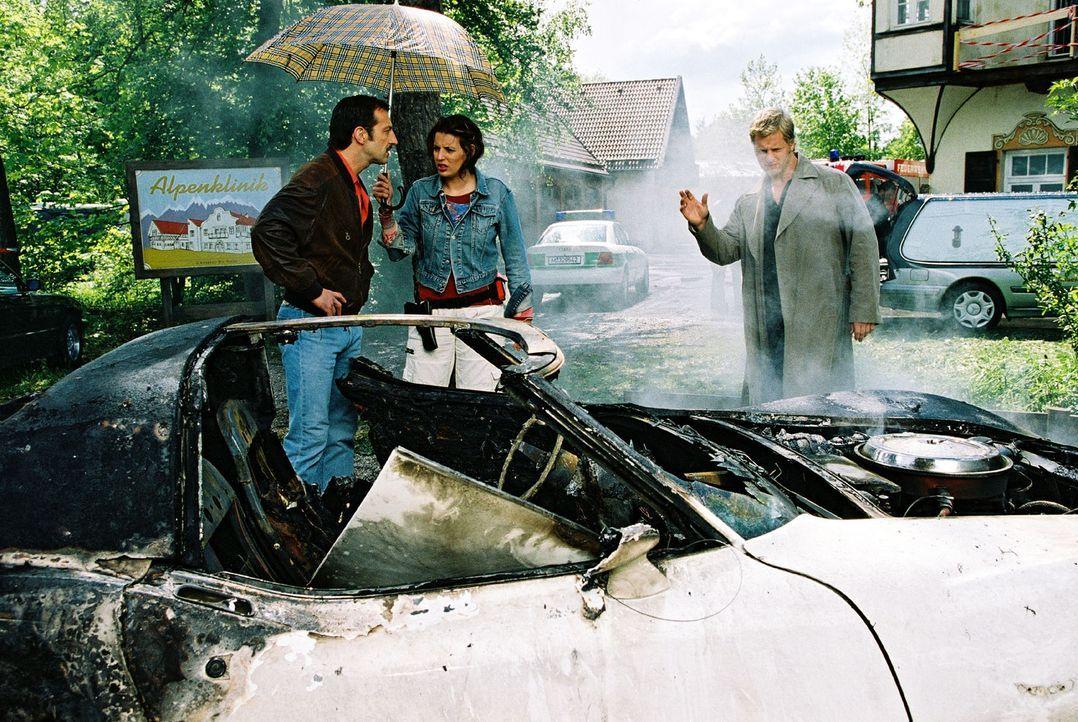 In Bohns Wagen explodiert eine Autobombe, durch die seine Frau stirbt. Wacker (Jannis Spengler, l.) klärt Nina (Elena Uhlig, M.) und Leo (Henning B... - Bildquelle: Christian A. Rieger Sat.1