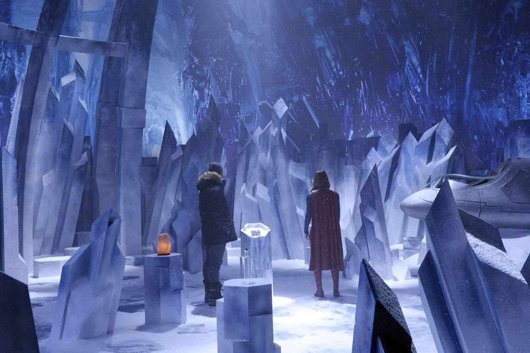 Als Kara alias Supergirl (Melissa Benoist, r.) nach einer Möglichkeit sucht, eine Außerirdische, die die Stadt zerstören will, unschädlich zu machen... - Bildquelle: 2015 Warner Bros. Entertainment, Inc.