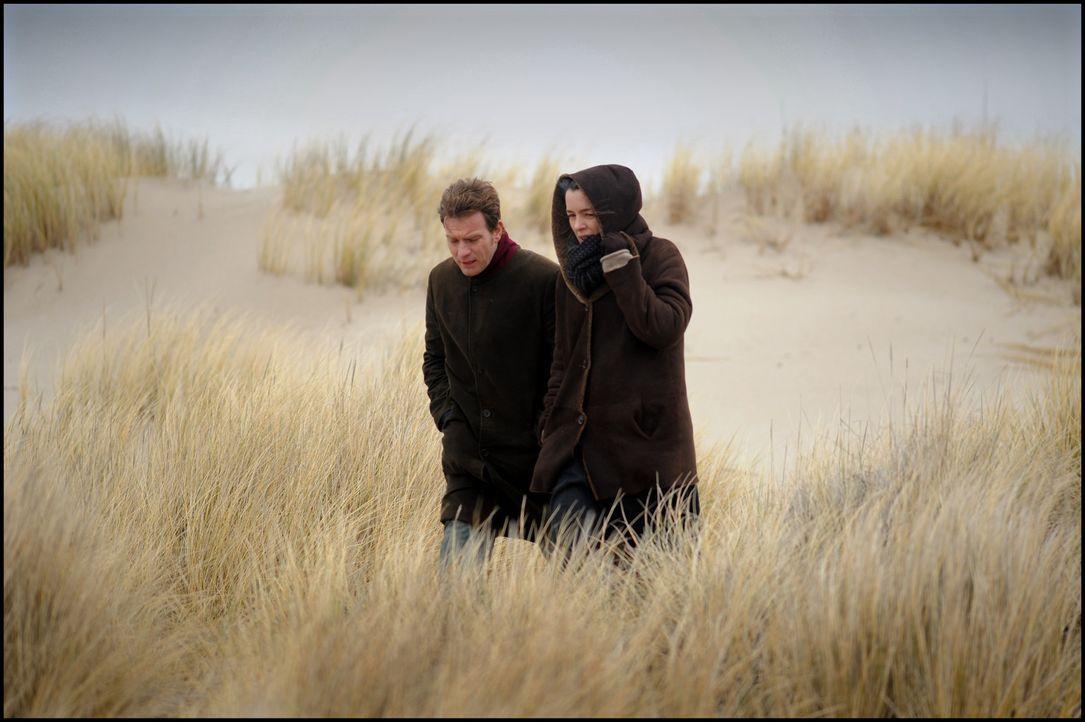 Adam Langs Frau Ruth (Olivia Williams, r.) zweifelt an der Tatsache, dass der Vorgänger des Ghostwriters (Ewan McGregor, l.) Selbstmord begangen ha... - Bildquelle: Kinowelt GmbH