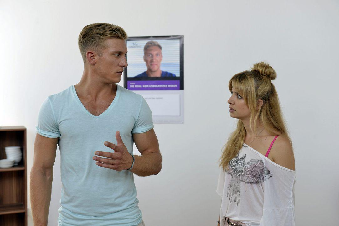 Als Mila (Susan Sideropoulos, r.) erkennen muss, wie es um Marc (Martin Walde, l.) Frauenverständnis bestellt ist, kennt sie kein Halten mehr ... - Bildquelle: Oliver Ziebe SAT.1