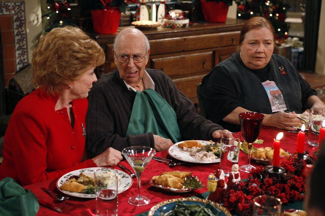 Ein ganz besonderes Fest der Liebe: Evelyn (Holland Taylor, l.), Marty (Carl Reiner, M.) und Berta (Conchata Ferrell, r.) ... - Bildquelle: Warner Brothers