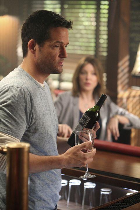 Jules hat dem Alkohol abgeschworen und geht damit ihren Freunden ziemlich auf die Nerven. Grayson (Josh Hopkins, l.) und Ellie (Christa Miller, r.)... - Bildquelle: 2009 ABC INC.