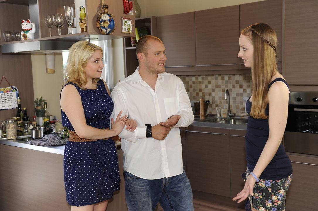 Lara (Amelie Plaas Link, r.) ist glücklich darüber, dass sich ihre Eltern Miriam (Caroline Maria Frier, l.) und Piet (Oliver Petszokat, M.) endlic... - Bildquelle: SAT.1