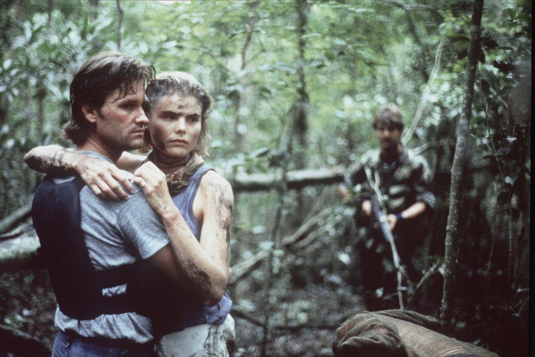 Malcolm (Kurt Russell, l.) kann Christine (Mariel Hemingway, r.) unverletzt in die Arme schließen, nachdem der Killer sie wieder freigelassen hat ... - Bildquelle: Orion Pictures Corporation