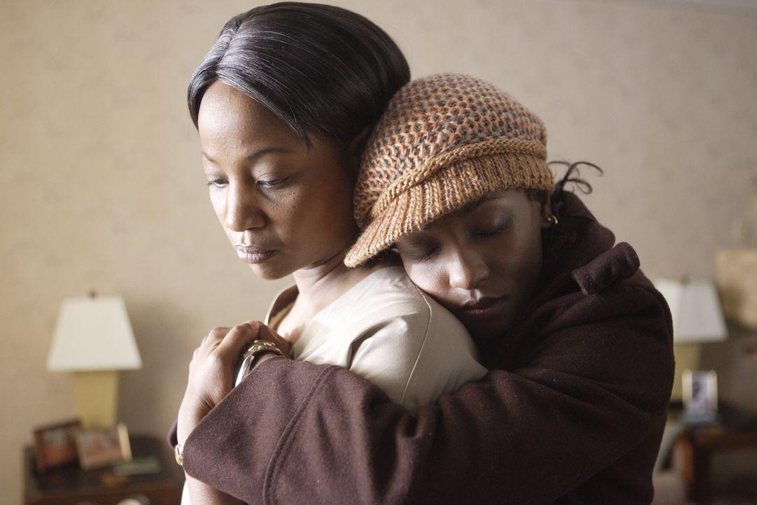 Nach dem Tod ihrer Tochter ist Faye (Melanie Nicholls-King, l.) am Boden zerstört. Einzig ihre Tochter Raya (Rutina Wesley, r.) gibt ihr Kraft, das... - Bildquelle: Paramount Pictures