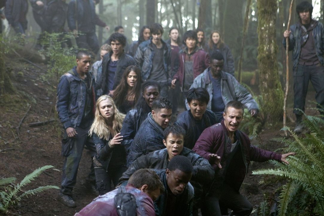 Kann Clarke (Eliza Taylor, 2.v.l.) die aufgebrachte Meute davon abbringen, einen Menschen zu töten? - Bildquelle: Warner Brothers