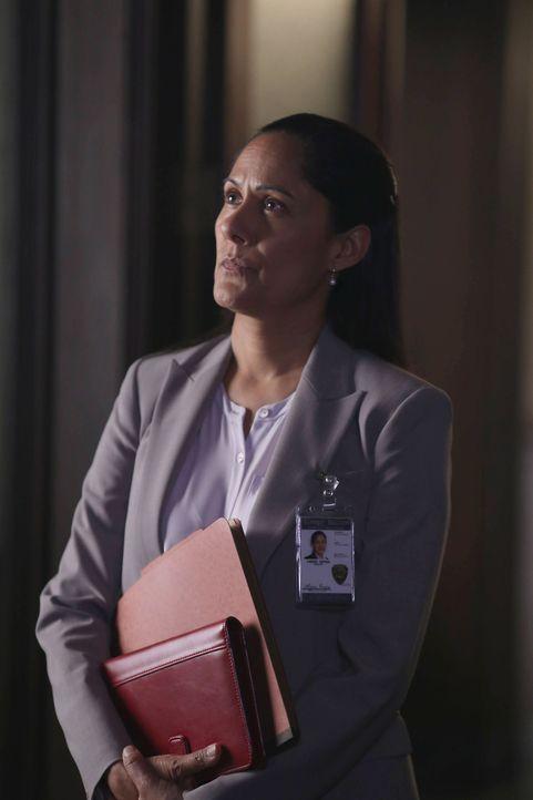 Was weiß Sheriff Reyes (Sakina Jaffrey) über die Mutter von Jenny und Abbie? - Bildquelle: 2014 Fox and its related entities. All rights reserved.