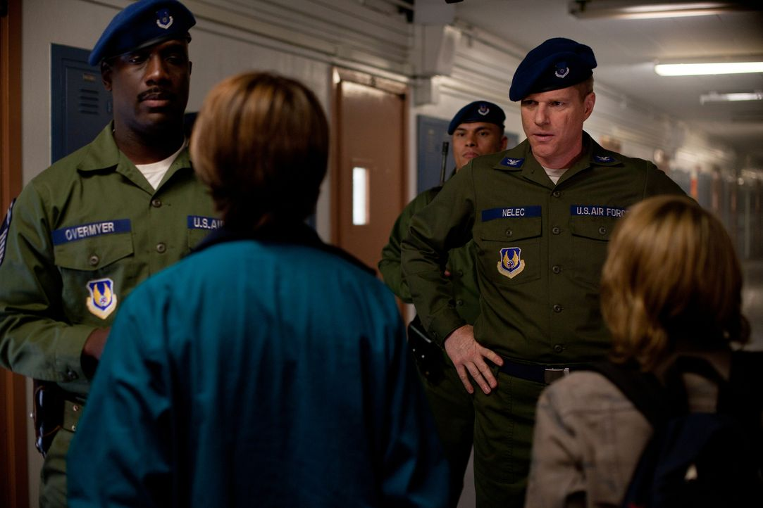 Machen eine gesamte Kleinstadt zu ihrem Schlachtfeld: Nur Oberst Nelec (Noah Emmerich, r.) und sein Adjutant Overmyer (Richard T. Jones, l.) wissen... - Bildquelle: PARAMOUNT PICTURES. All Rights Reserved