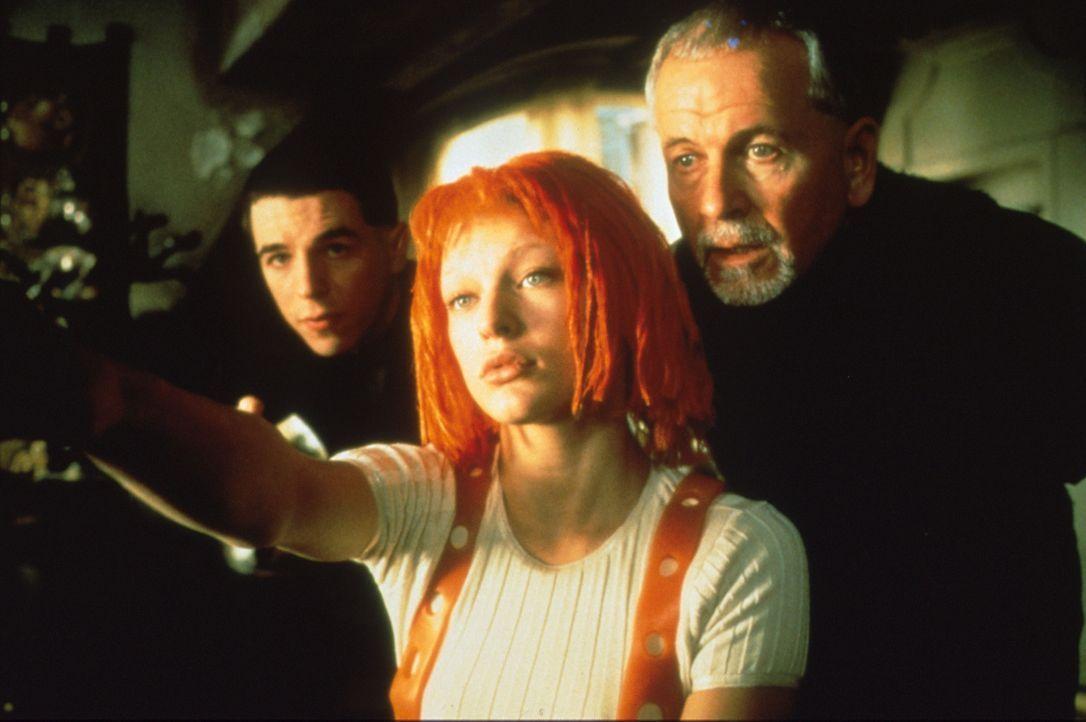 Augenblicklich erkennt der Priester Cornelius (Ian Holm, r.) in dem geheimnisvollen Mädchen Leeloo (Milla Jovovich, M.) die Trägerin des fünften... - Bildquelle: Tobis Filmkunst