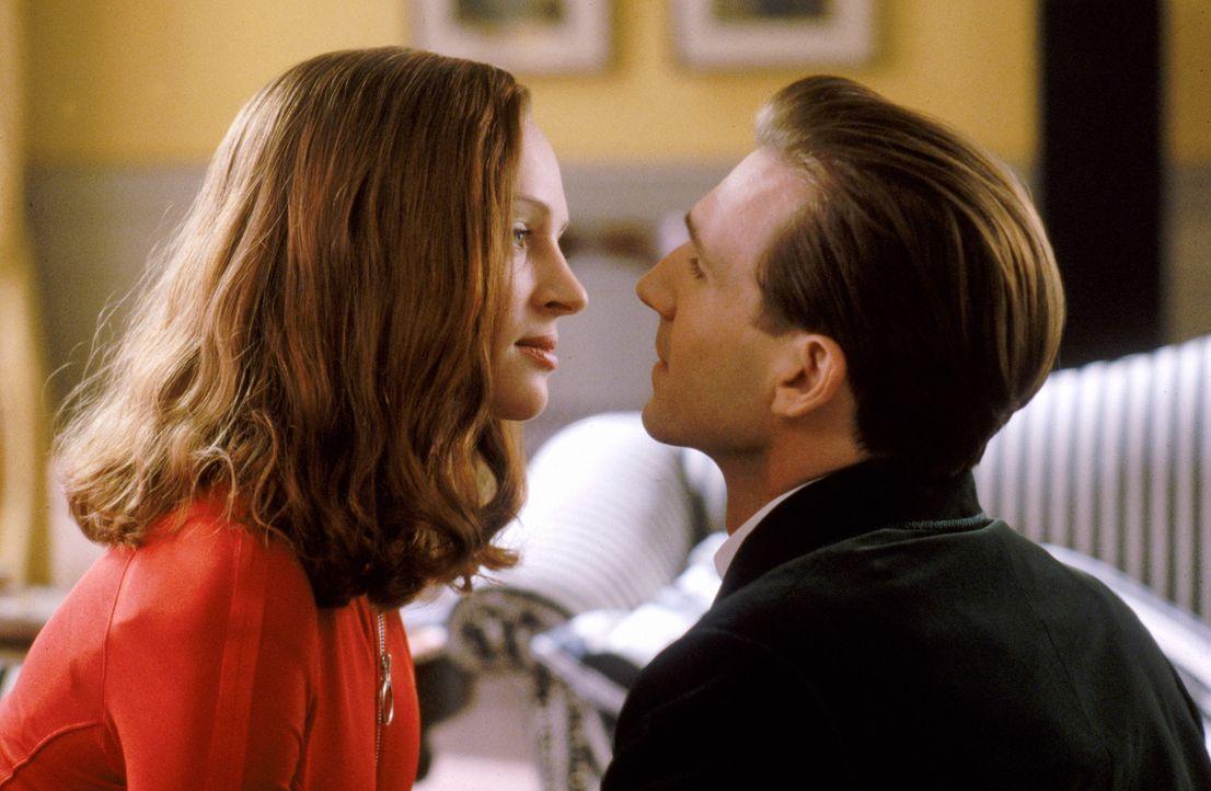 Fühlen sich schon bald zueinander hingezogen: John Steed (Ralph Fiennes, r.) und Emma Peel (Uma Thurman, l.) ... - Bildquelle: Warner Brothers International Television Distribution Inc.
