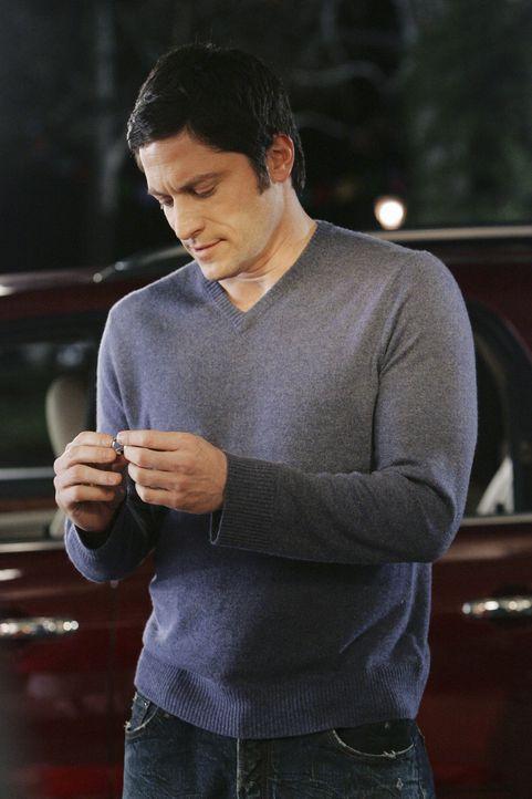 Jim (David Conrad) hat nachträglich etwas in die Eheringe eingravieren lassen und will sie nun Melinda übergeben. - Bildquelle: ABC Studios