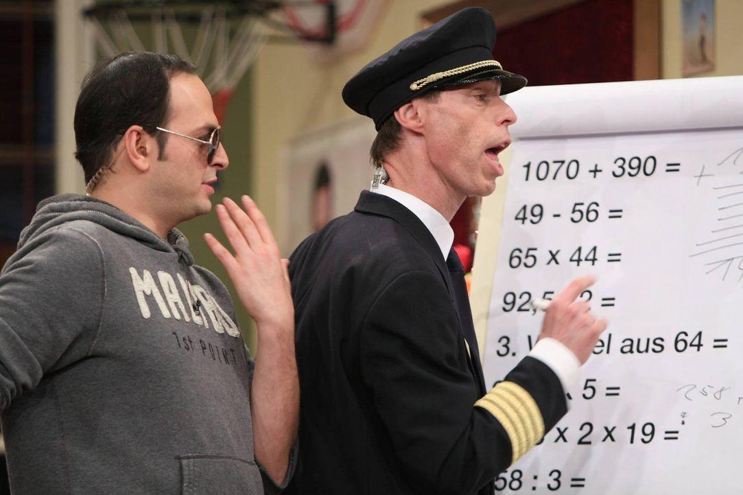 Ein Test, den Jürgen und Kaya (l.) durchführen, soll beweisen, dass Maddin (r.) nicht für den Pilotenberuf geeignet ist. - Bildquelle: Frank Hempel SAT.1