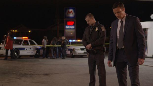 Es ist ein ausgelassener Silvester-Abend als Miguel Mendez auf dem Parkplatz...