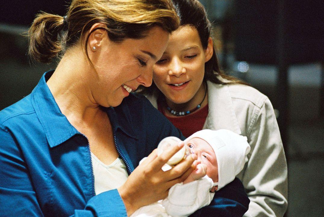 """Katja (Désirée Nosbusch, l.) und Maja (Lulu Grimm, r.) kümmern sich um """"Baby Jane"""". - Bildquelle: Gordon Mühle Sat.1"""