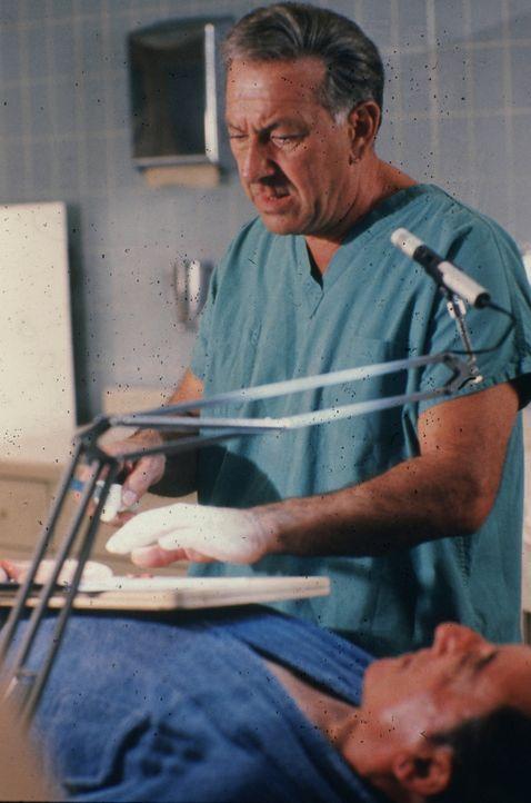 Dr. Matthews besetzt neuerdings im Pratt-Hospital freie Stellen auch mit farbigen Ärzten. Als einer von diesen plötzlich und unerklärlich einen Pati... - Bildquelle: 2004 - 2015  NBCUniversal. ALL RIGHTS RESERVED.