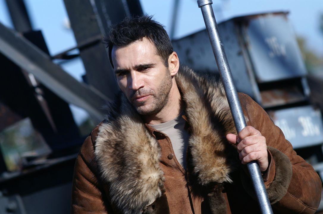 Duncan MacLeod (Adrian Paul) muss gegen den Schlägertrupp auf dem verlassenen Dock kämpfen, um der Quelle der Unsterblichkeit näher zu kommen ... - Bildquelle: Lions Gate Films