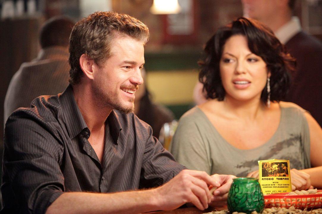 Callie (Sara Ramirez, r.), die wieder bei Mark (Eric Dane, l.) auf dem Sofa schläft, glaubt, ihre Einsamkeit zu besiegen, indem sie wieder mit ihm s... - Bildquelle: ABC Studios
