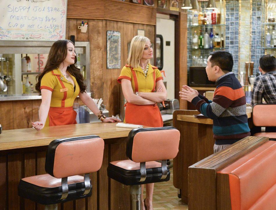 Max (Kat Dennings, l.) und Caroline (Beth Behrs, M.) brauchen einen größeren Raum, um ihre Dessert-Bar verwirklichen zu können und bitten ausgerechn... - Bildquelle: 2016 Warner Brothers