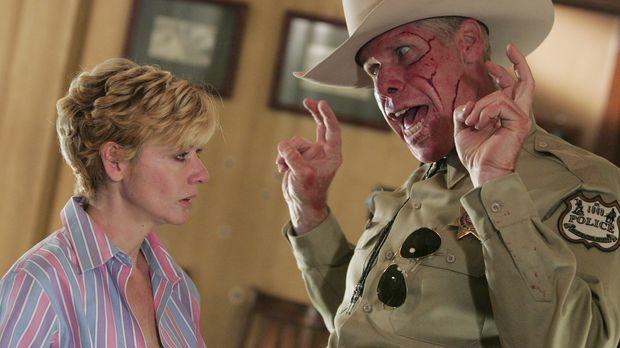 Unter einem Vorwand lockt der irrsinnige Sheriff Collie Entragian (Ron Perlma...