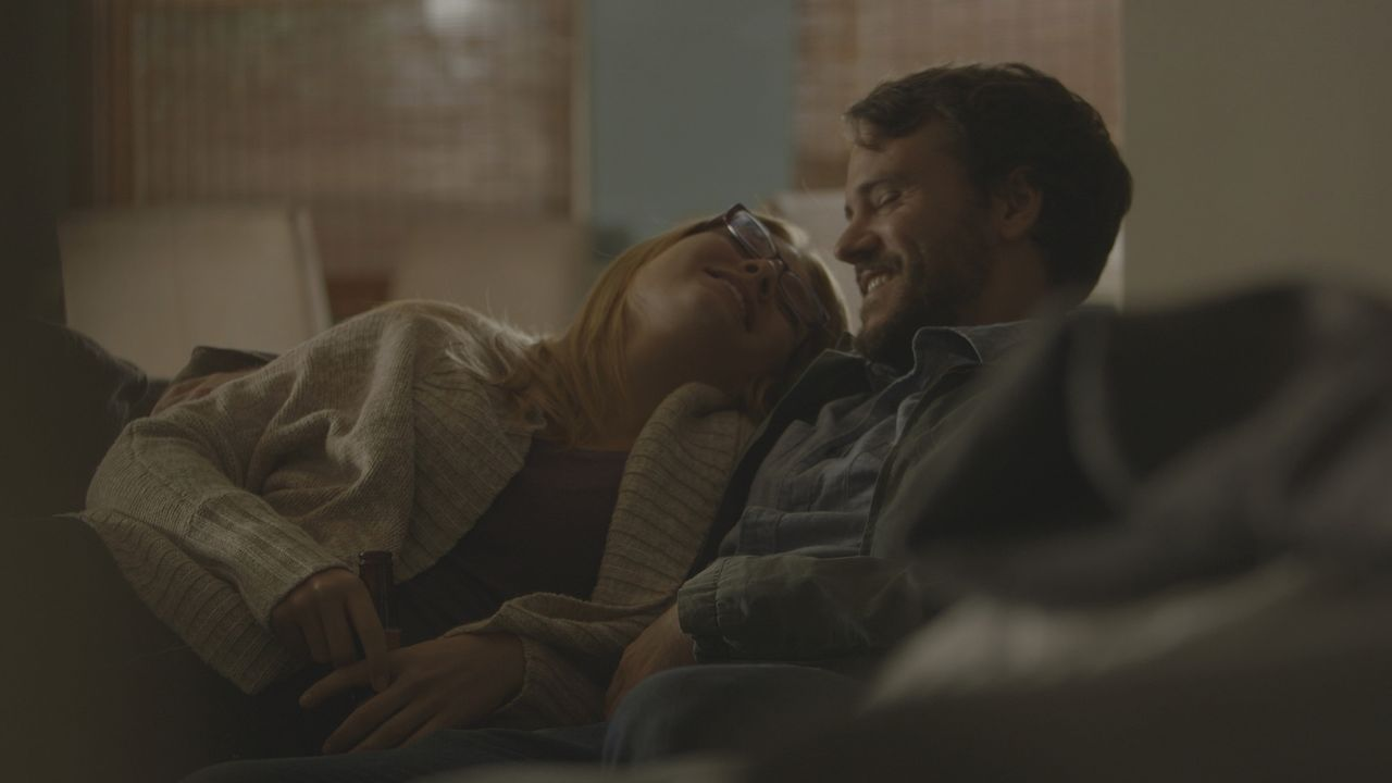 Sie turteln wie ein verliebtes Pärchen. Beim Treffen mit Freund Daniel Shefford (r.) ahnt Jamie Larson (l.) nicht, dass sie nur wenig später sterben... - Bildquelle: LMNO Cable Group