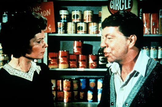 Die Waltons - Ike Godsey (Joe Conley, r.) und seine Frau Corabeth (Ronnie Cla...