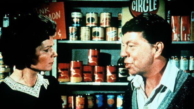 Ike Godsey (Joe Conley, r.) und seine Frau Corabeth (Ronnie Claire Edwards, l...