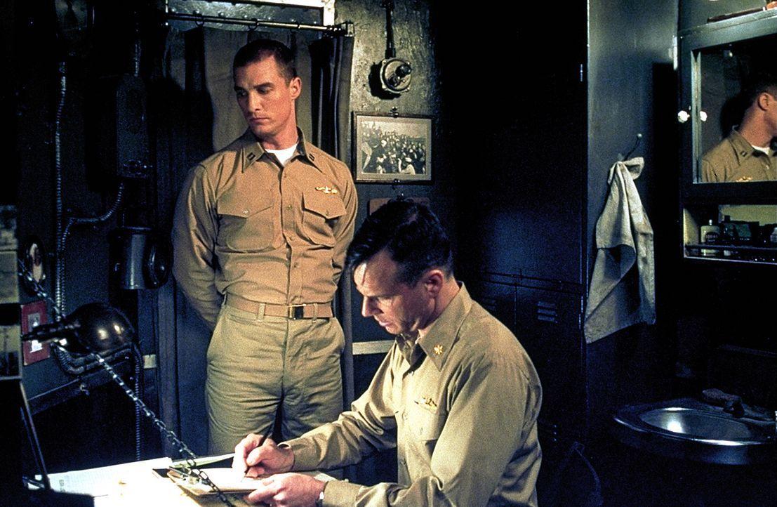 Commander Mike Dahlgren (Bill Paxton, r.) wird zusammen mit seinem ersten Offizier Lt. Andrew Tyler (Matthew McConaughey, l.) und einer Handvoll une... - Bildquelle: 2000 Universal Pictures. All Rights Reserved