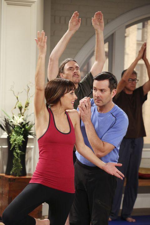 Für Emily (Lindsay Sloane, l.) stellt sich der Yoga-Unterricht bei Felix (Thomas Lennon, r.) als Herausforderung da ... - Bildquelle: Michael Yarish 2014 CBS Broadcasting, Inc. All Rights Reserved