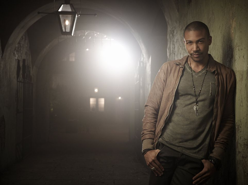 Charles Michael Davis ist Marcel Gerard - Bildquelle: Warner Bros Entertainment Inc.