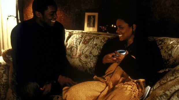 Kevin (Roger R. Cross, l.) kümmert sich rührend um die psychisch kranke Beth...