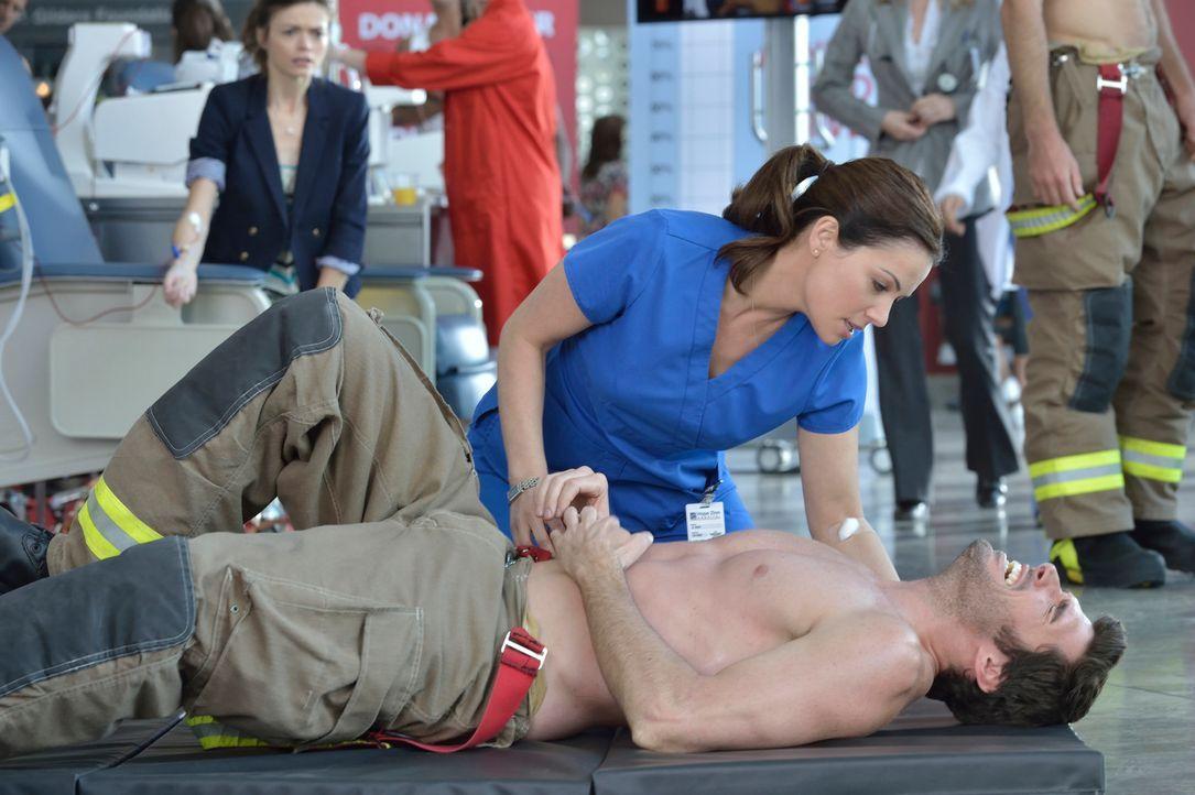 Kann Alex (Erica Durance, oben) dem Feuerwehrmann Travis Bain (Harmon Walsh, unten) noch helfen? - Bildquelle: 2012  Hope Zee One Inc.