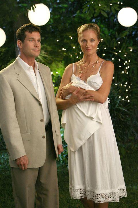 Heiraten im engsten Familienkreis: Sean (Dylan Walsh, l.) und Julia (Joely Richardson, r.) ... - Bildquelle: TM and   2004 Warner Bros. Entertainment Inc. All Rights Reserved.