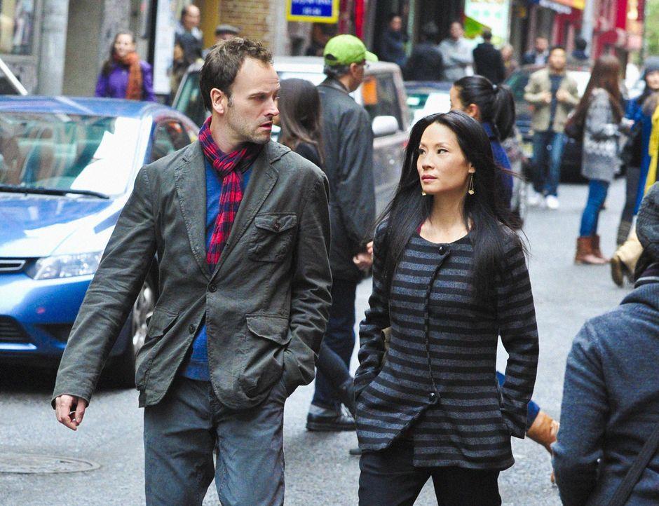 Auf der Suche nach dem Mörder eines Universitätsprofessors: Sherlock Holmes (Jonny Lee Miller, l.) und Dr. Joan Watson (Lucy Liu, r.) ... - Bildquelle: CBS Television