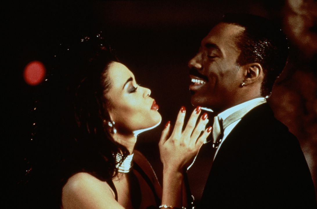 Der Frauenheld Marcus (Eddie Murphy, r.) befindet sich auf ungewohntem Terrain: Seine Chefin Jaqueline (Robin Givens, l.) lässt ihn nach einer geme... - Bildquelle: Paramount Pictures