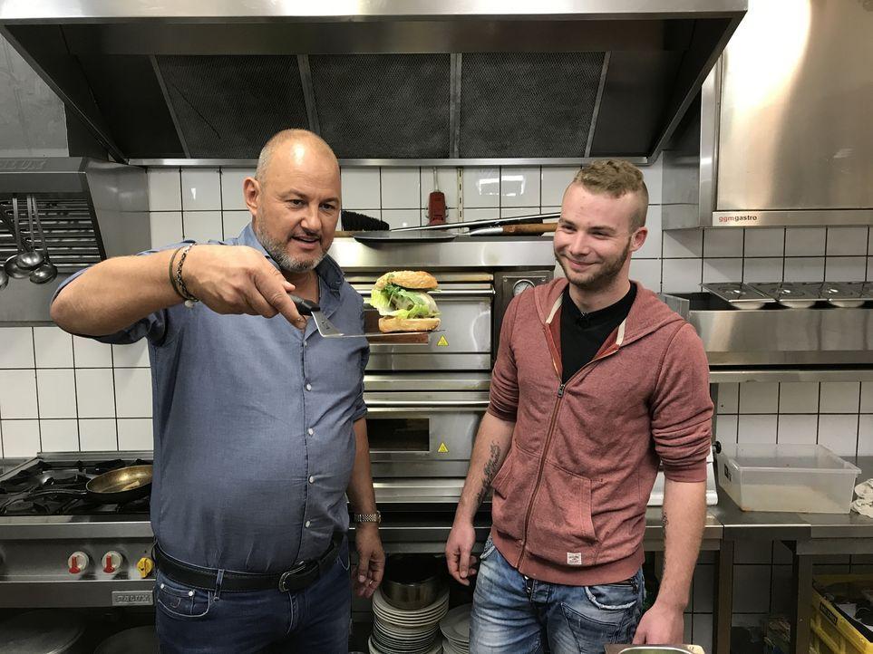 Vom kriselnden Restaurant zum Burger- und Pizza-Hotspot: Starkoch Frank Rosin (l.) krempelt die Ärmel hoch und gibt Koch Sven Tirrel (r.) in Garrel,... - Bildquelle: kabel eins