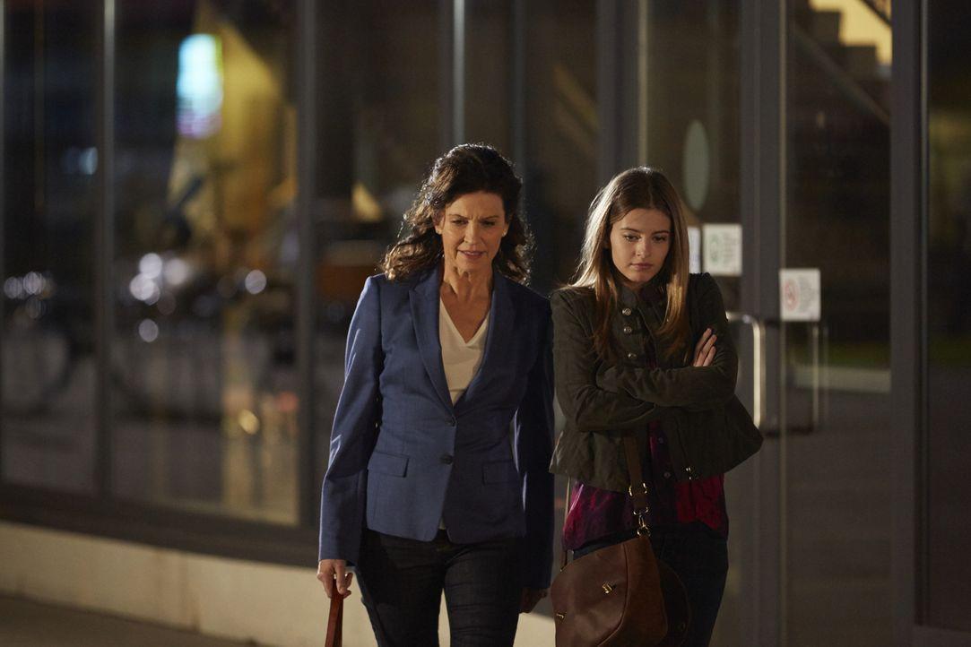 Ausgerechnet, als Danas (Wendy Crewson, l.) Tochter Molly (Eliana Jones, r.) als Aushilfe im Krankenhaus anfängt, verschwinden Schmerzmittel. Aber h... - Bildquelle: Ken Woroner 2014 Hope Zee Three Inc.