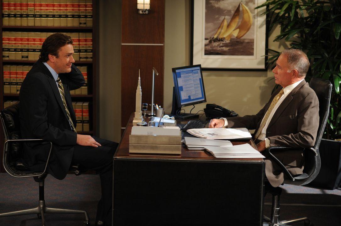 Marshall (Jason Segel, l.) versucht Robin davon zu überzeugen, dass es Wunder wirklich gibt und erzählt ihr eine Geschichte mit Bob Hewitt (John Get... - Bildquelle: 20th Century Fox International Television