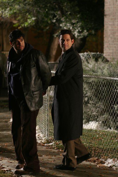 Wieder ein gelöster Fall: Danny (Enrique Murciano, r.) hat Elenas Ex-Mann Carlos (Jsu Garcia, l.) zur Strecke gebracht ... - Bildquelle: Warner Bros. Entertainment Inc.
