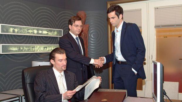 Richard (Karim Köster, l.) muss eine Niederlage einstecken, als der Finanzprü...