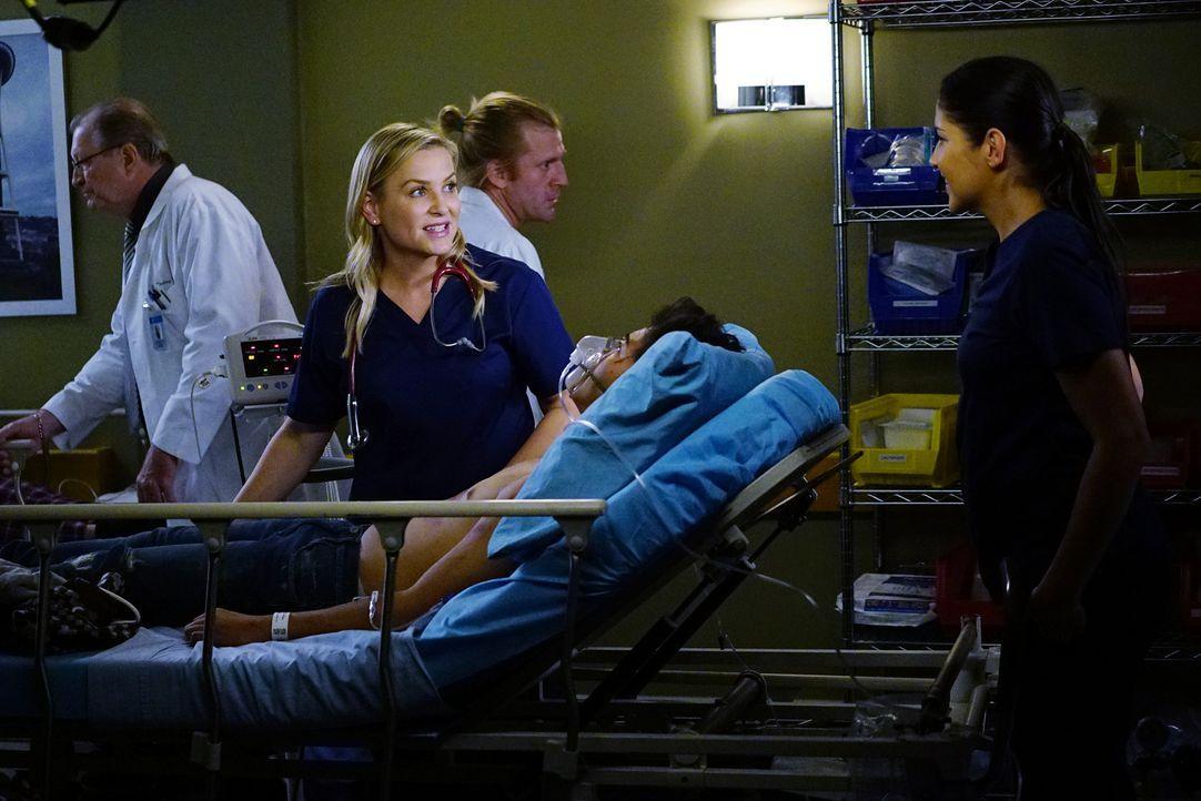Kämpfen um das Leben ihrer Patienten: Arizona (Jessica Capshaw, l.) und Dr. Eliza Minnick (Marika Dominczyk, r.) ... - Bildquelle: Richard Cartwright 2016 American Broadcasting Companies, Inc. All rights reserved.